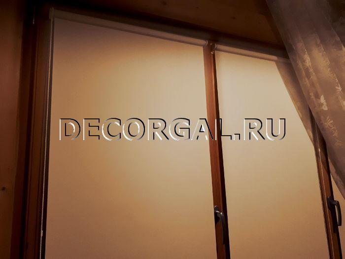 rulonnye-shtory-mini-na-derevyannye-okna-3.jpg